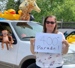Melanie Hanson holding a 400th parade sign
